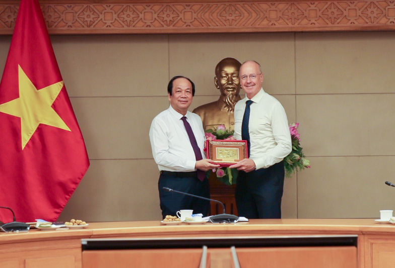 Minister and Chairman of the Office of the Government Mai Tien Dung delivered a speech in English at the closing ceremony of the training course.
